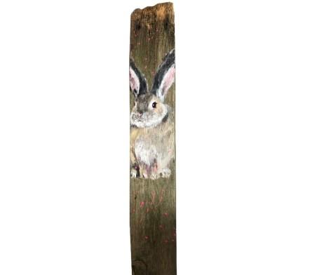 Häschen auf alter Holzplanke